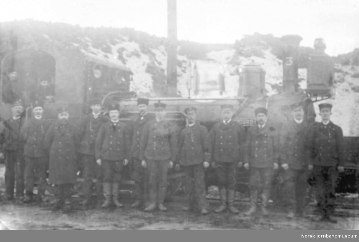 Lokomotivpersonale oppstilt utenfor damplokomotiv type IV nr. 3