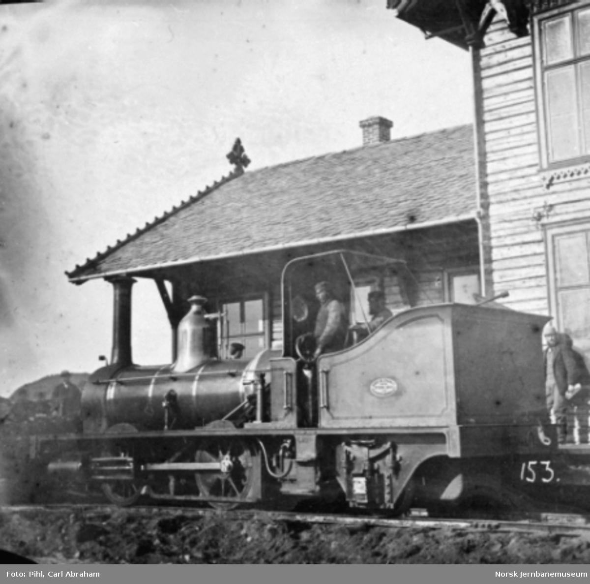 "Damplokomotiv nr. 1 ""Halfdan"" foran Hokksund stasjonsbygning"