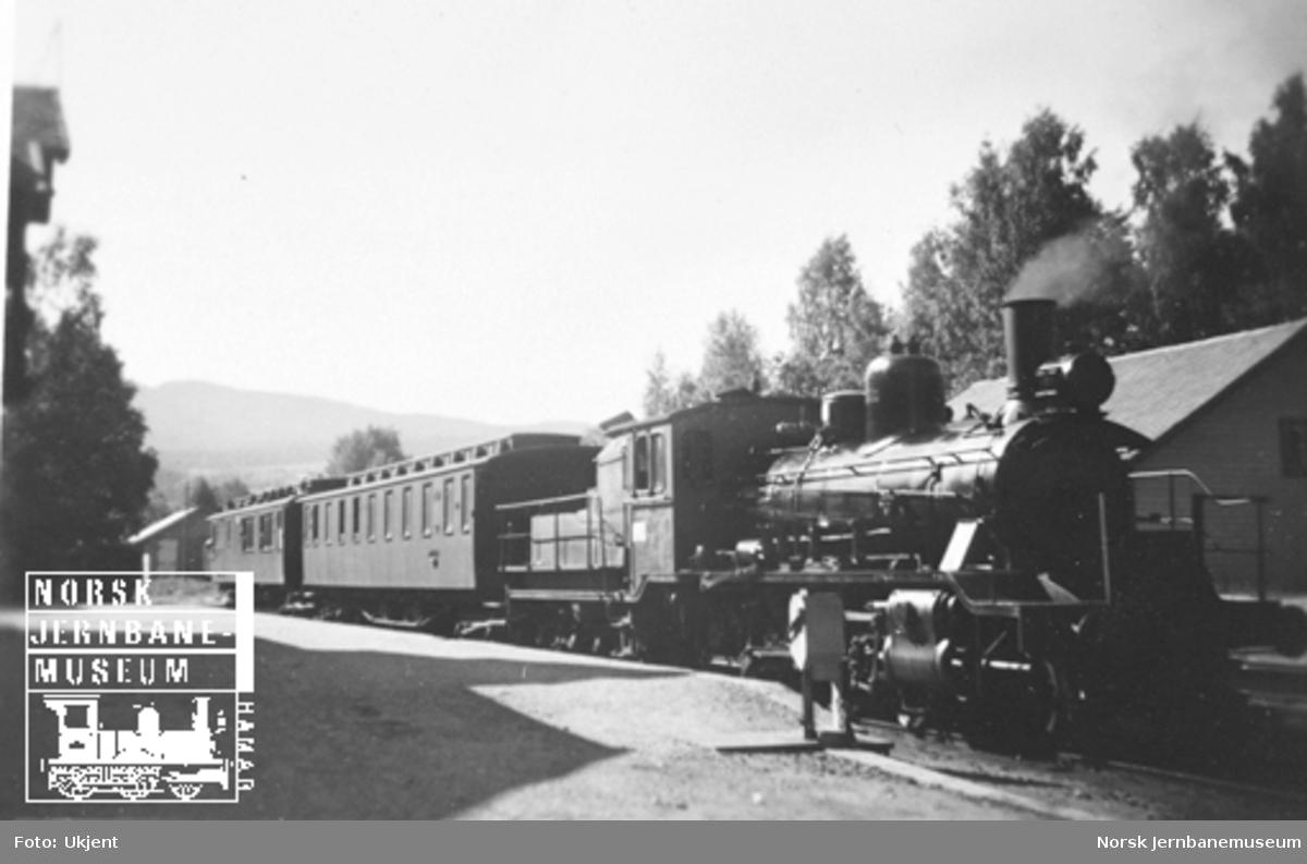 Persontog på Skreia stasjon, trukket av damplokomotiv type 18 med småtogsutrustning