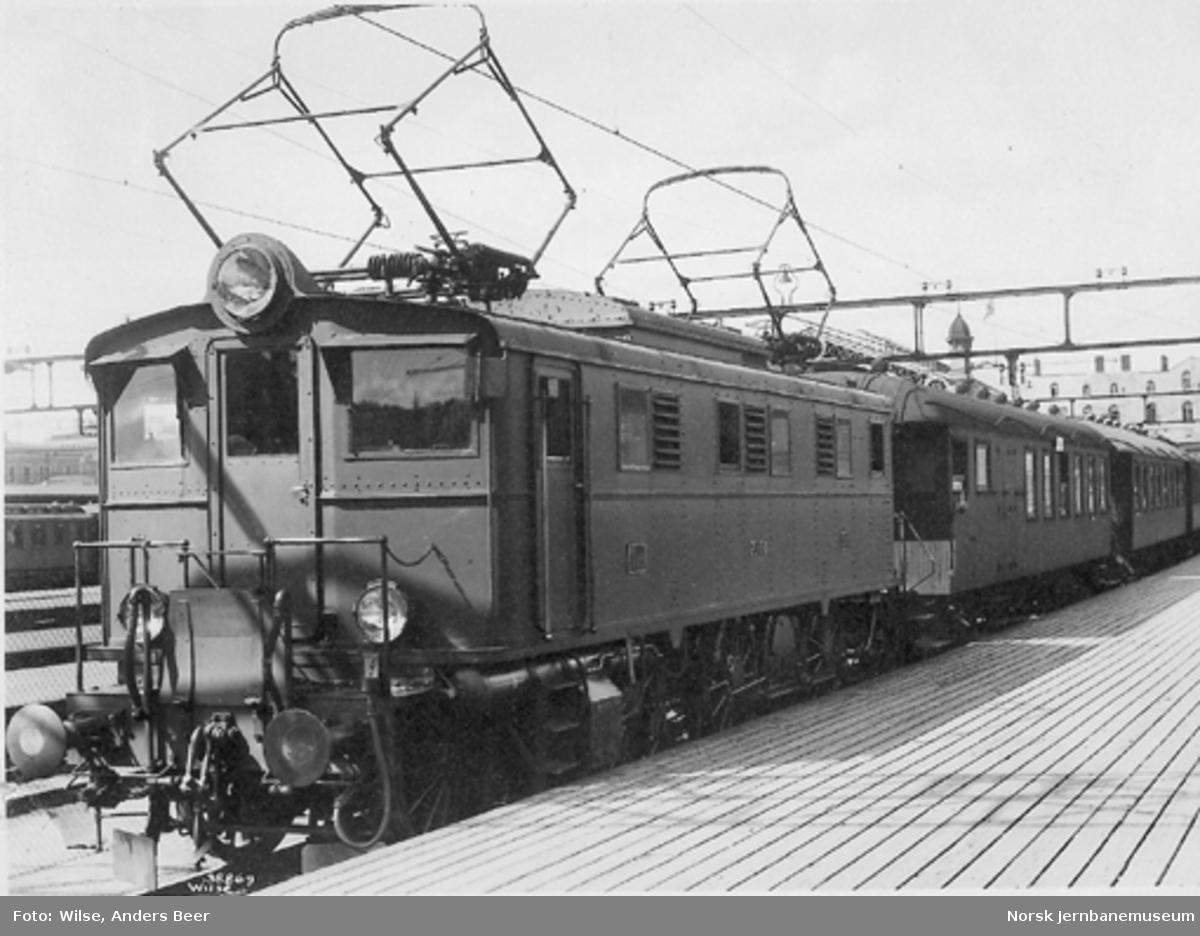 Elektrisk lokomotiv El 5 nr. 2038 foran persontog på Østbanen