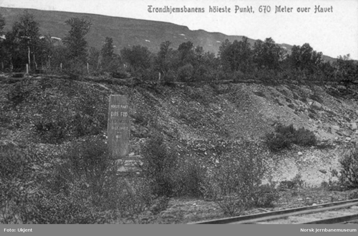 Steinstøtten ved Rørosbanens høyeste punkt, 2135 fot eller 670 meter over havet
