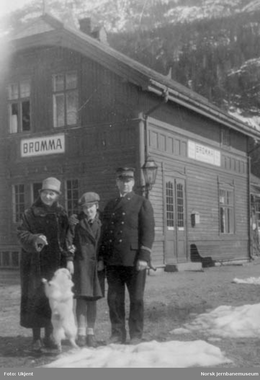 Bromma stasjonsbygning med stasjonsmester Gydal med familie i forgrunnen