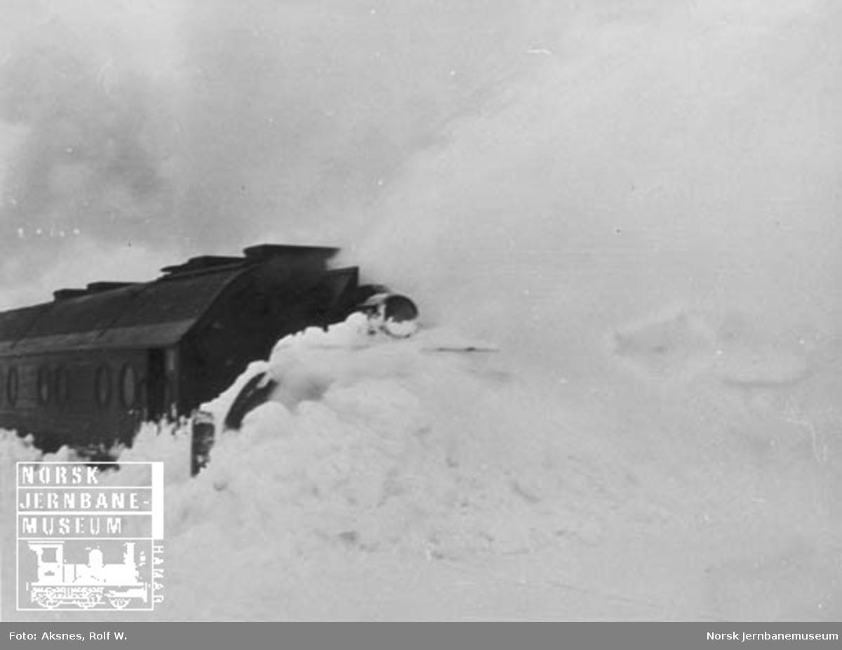 Roterende snøplog i arbeid på Nordlandsbanen