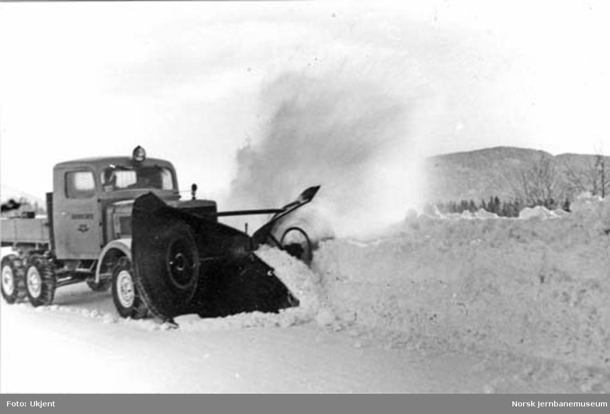 Snøbrøyting med Lågendalsrutens FWD-lastebil Z-1817