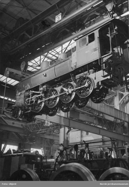 Verkstedet Grorud : damplokomotiv type 24c nr. 405 i kranen