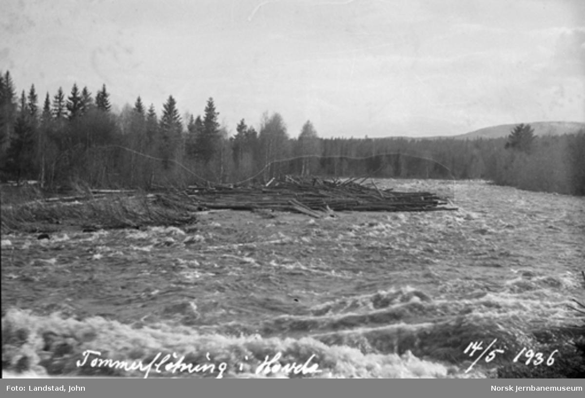 Tømmerfløting i Hovda elv med oppdemmet tømmer