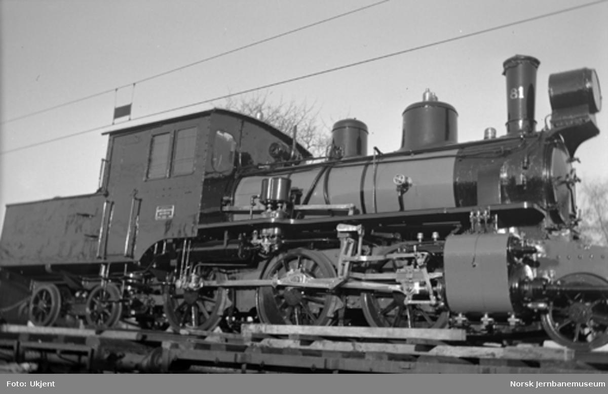 Damplokomotiv type XXVI nr. 81 fra Vestfoldbanen opplastet på vogn på Hamar stasjon