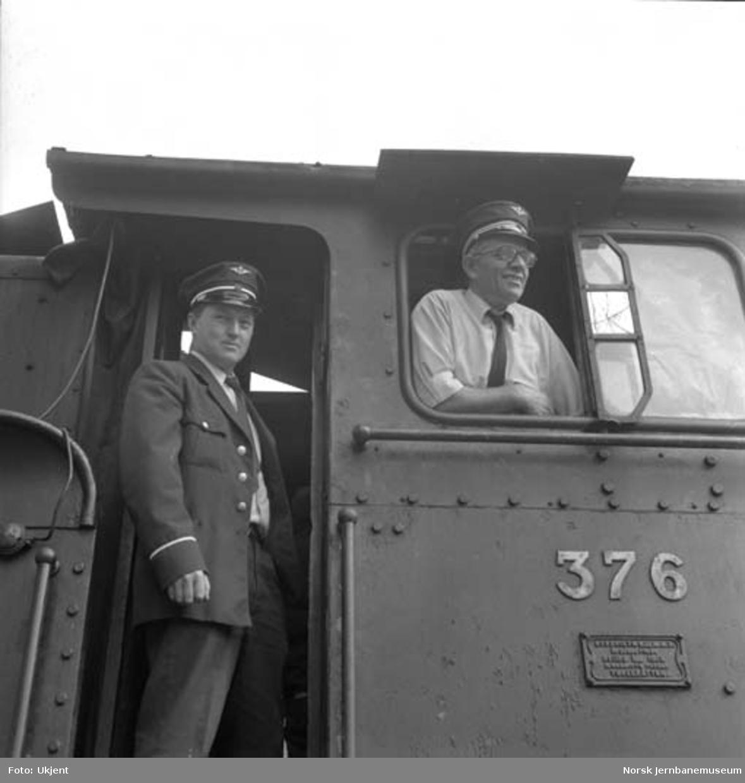 Lokfører Rolf Rasmussen og lokførerassistent Odd Martinsen på damplokomotiv type 21c nr. 376 på Dombås, underveis til Oslo for salg til England