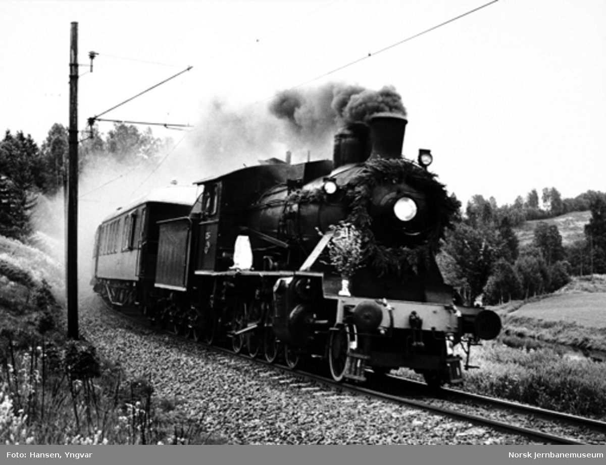 Damplokomotiv type 24b nr. 236 med jubileumstog ved 125 års-jubileet, fotografert mellom Bøn og Eidsvoll