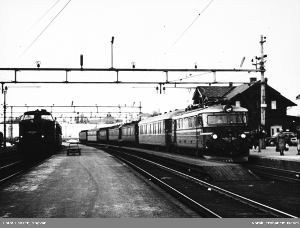 Kveldstoget fra Gjøvik til Oslo på Eina stasjon, trukket av elektriske lokomotiv type El 11