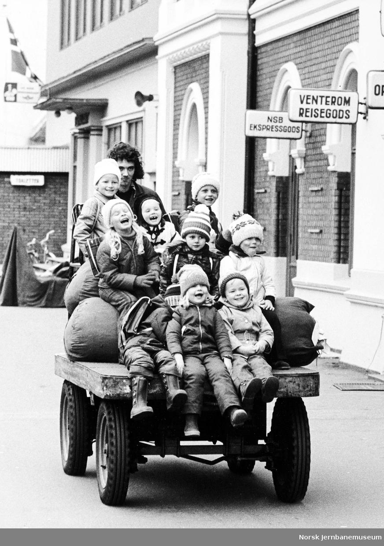 Barnehage på stasjonsbesøk : kjøring på godstralle