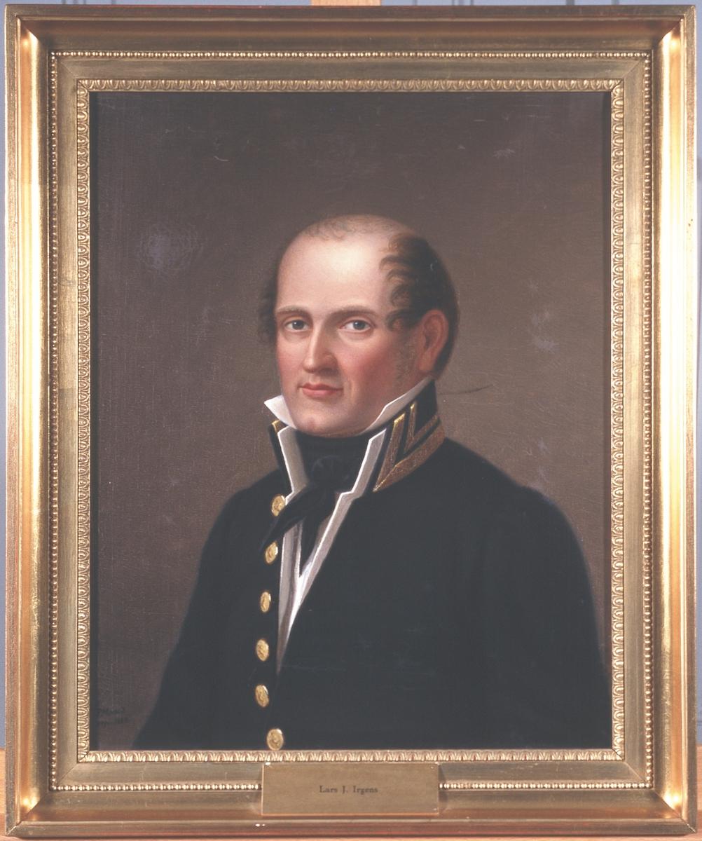 Portrett av Lars J. Irgens. Mørk uniform, hvit vest og skjorte, svart halsbind.