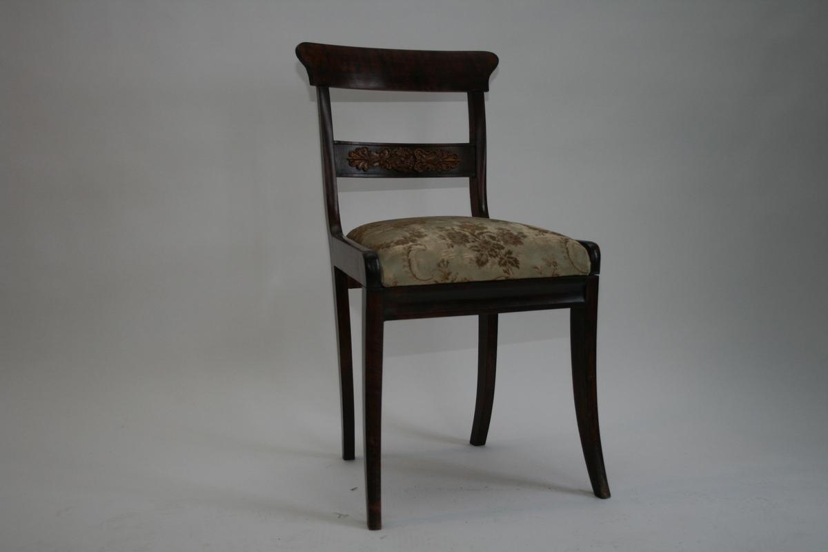 4 Biedermeier stoler (senempire). Flammebjerk, ornament på ryggbrett.  Trukket med grønt, blomstret stoff. Løst sete.
