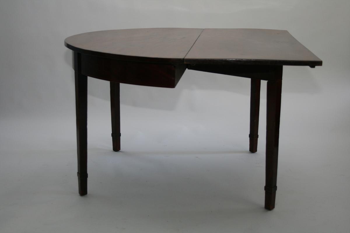 Spisebord i to deler. Halvrunde med rektangulære klaffer. Til å sette sammen til et ovalt spisebord.