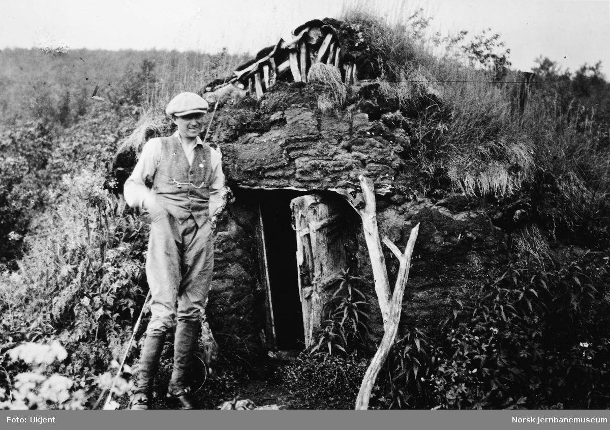 Jernbanestikking i Finnmark : stikningsansatt foran jordgamme ved Luovttejohka