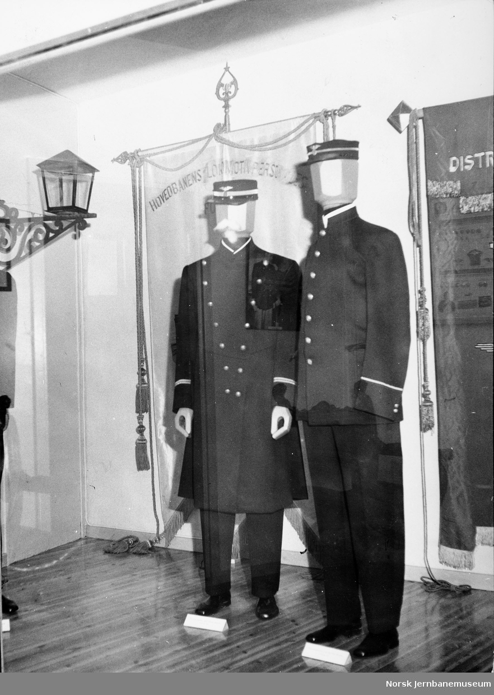 Stasjonsmesteruniformer i museets gamle uniformsutstilling
