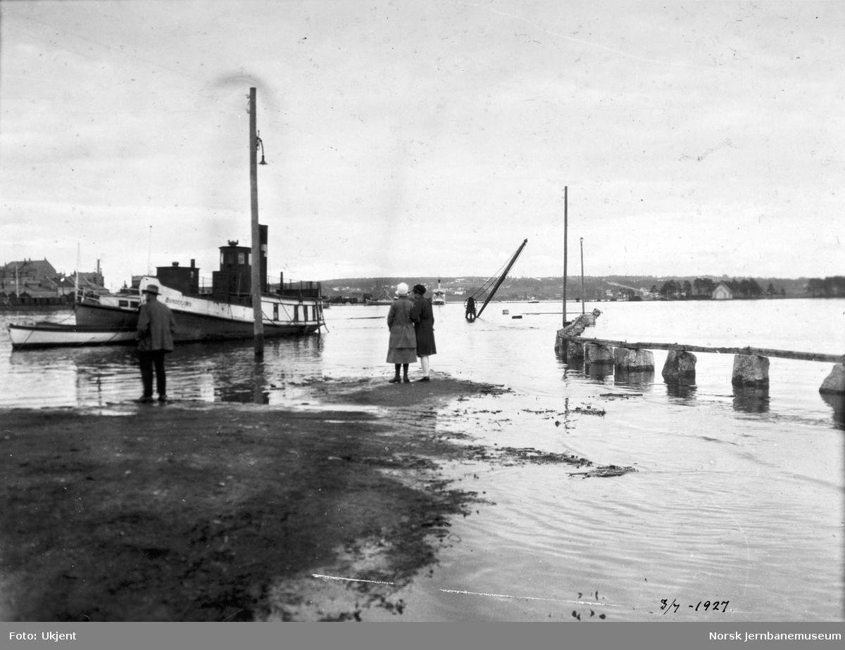 "Flommen i 1927 : dampskipet ""Bundefjord"" ved dampskipsbrygga"