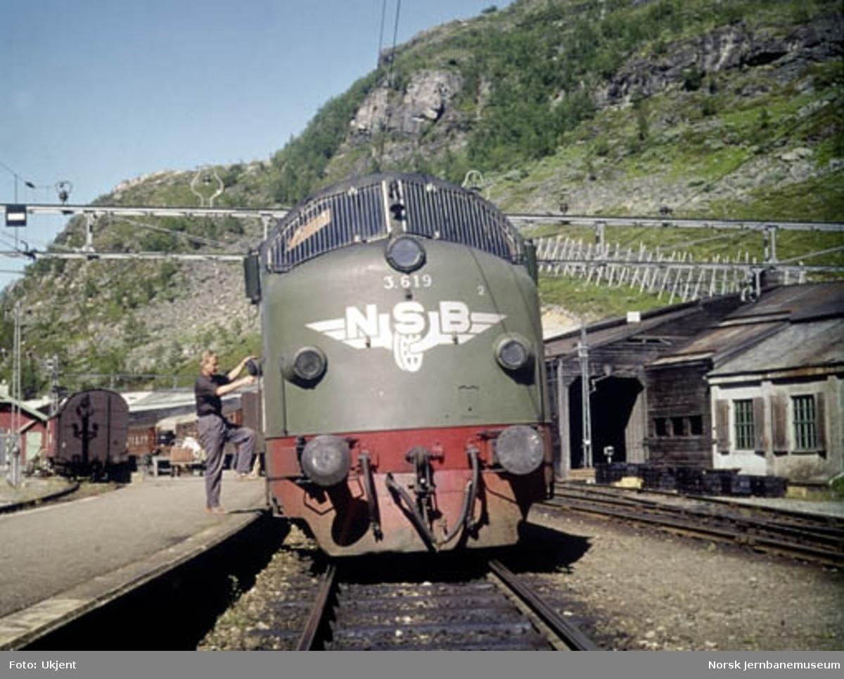 NSB diesellok Di 3 619 foran vestgående hurtigtog på Myrdal stasjon