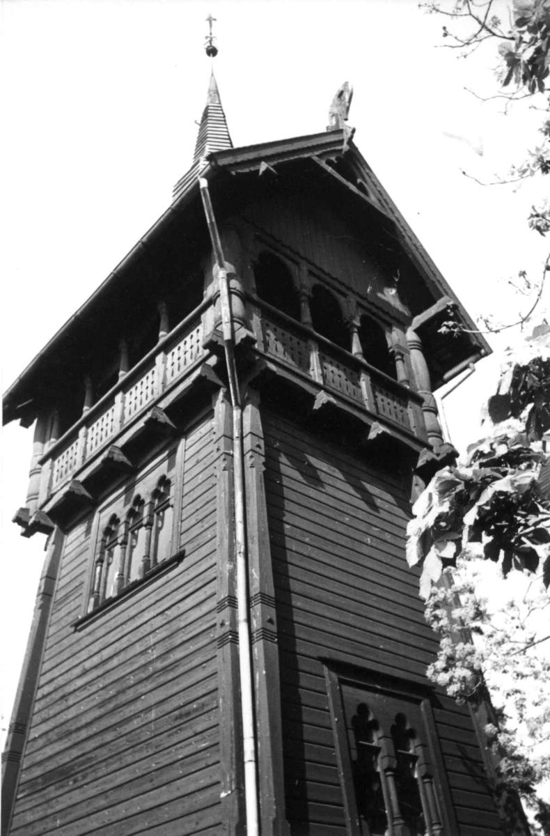 Haldenveien 5/7, Snarøya, Bærum, Akershus 1960. Tårn i sveitserstil med drager. Eier: fru Margrethe Nagell-Erichsen.