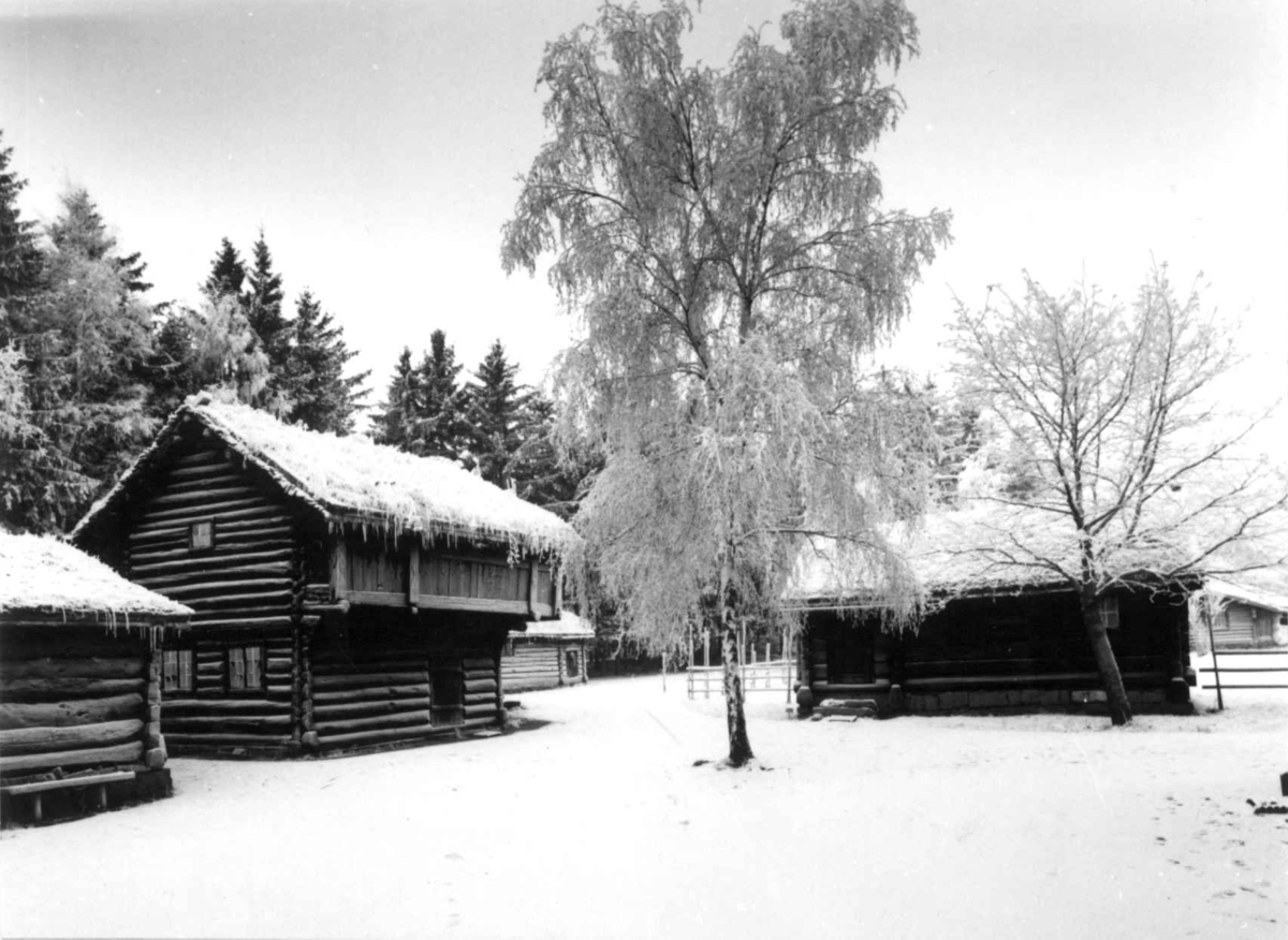 Hallingdalstunet på Norsk folkemuseum. Fotografert på Norsk Folkemuseum, vinter 1965, med vidvinkelobjektiv.