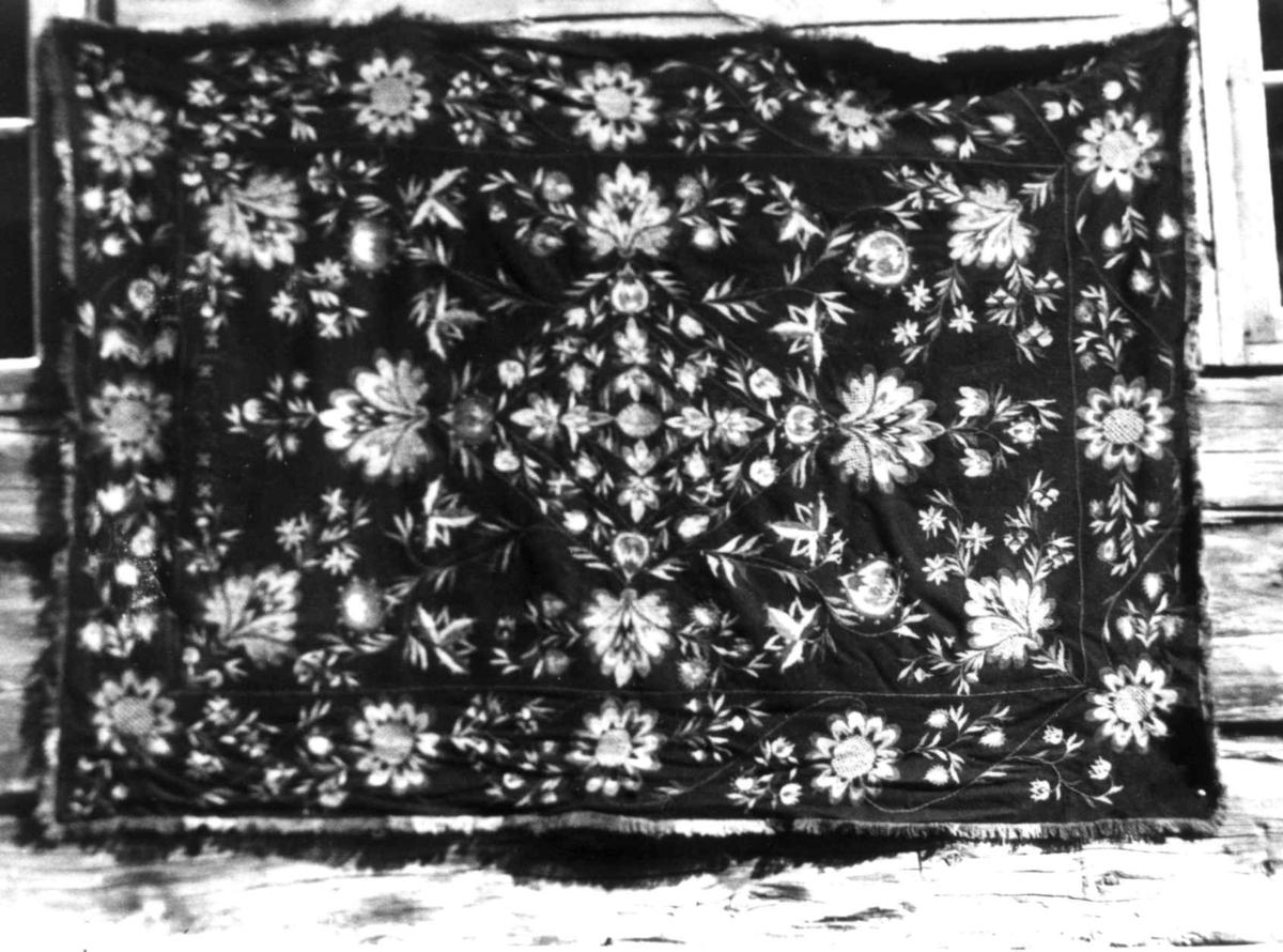 Brodert åkle i blomstemønster. Kvalsjord, Vognill, Oppdal, Sør-Trøndelag 1934.