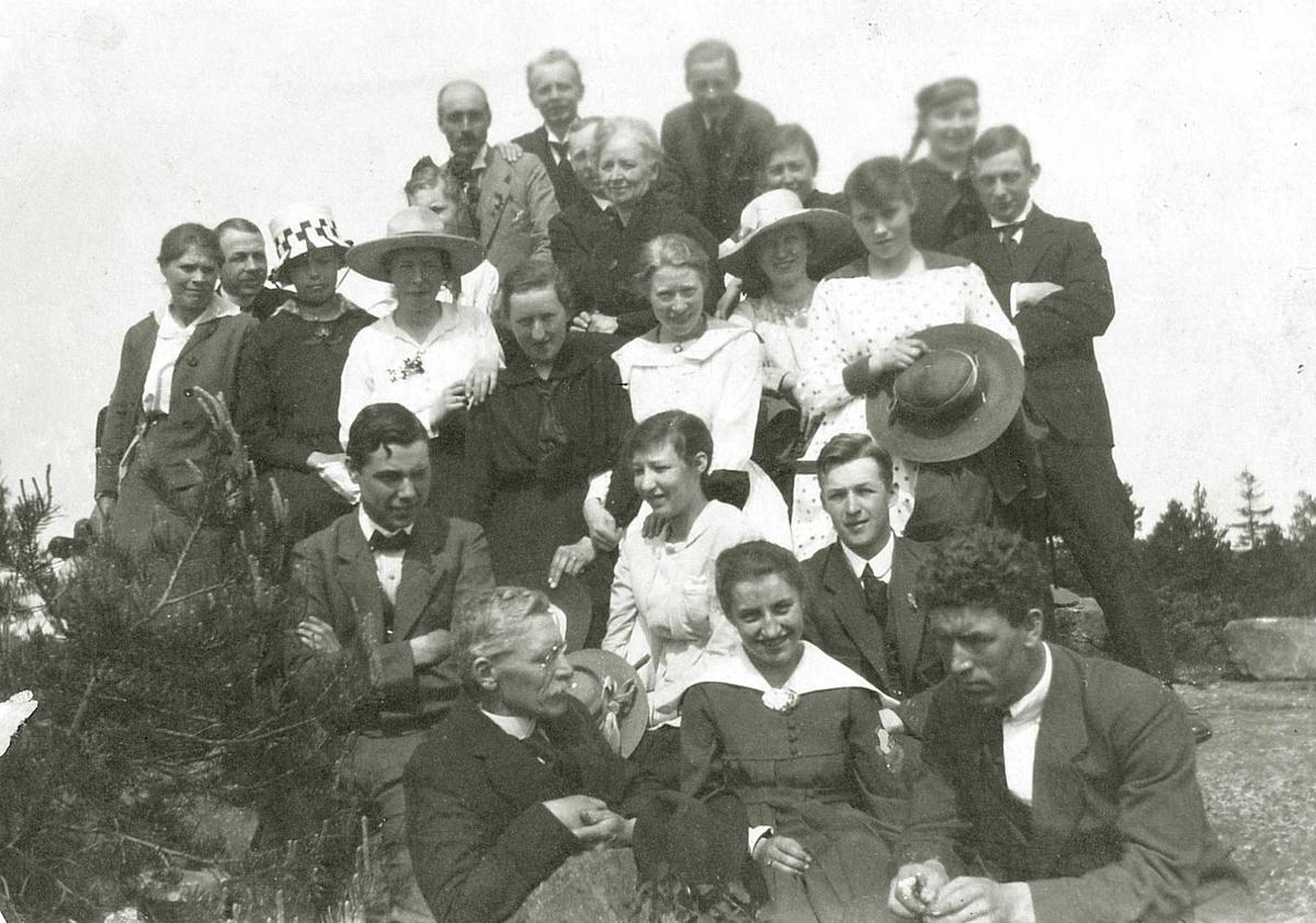 Fra Hjørdis Fouglis (pikenavn Junker) ungdomsår. Fra Ribbervannshøyden, Arendal, Aust-Agder, ca.1919. Hjørdis i midten foran.