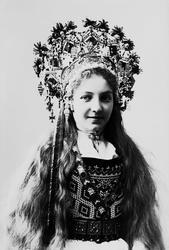 Studiofotografi av kvinne med brudedrakt og brudekrone. Utsl