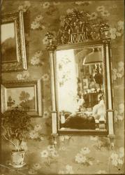 Forgylt speil med marmorsøyler, Nyheim, Herøy, Møre og Romsd