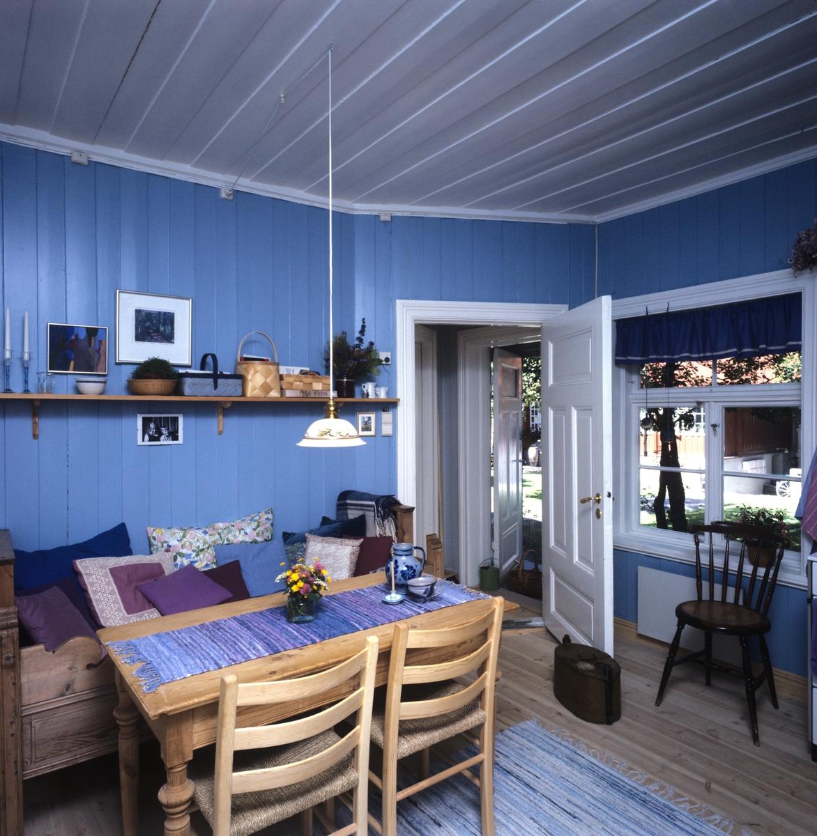 Blåmalt rom med rustikk møblering, illustrasjonsbilde fra Nye Bonytt 1988.