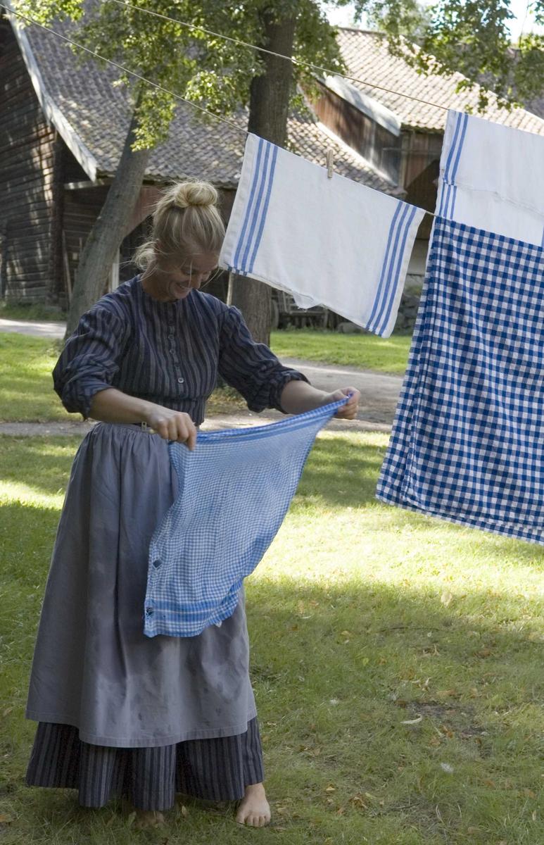 Arrangement i forbindelse med Astrid Lindgren 100 år, søndag 26.08.2006. Tøy henges til tørk.
