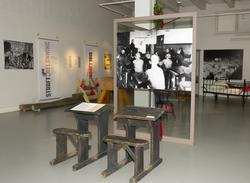 Utstillingsplakater med fotografier fra Bastøy skolehjem. Sk
