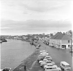 Bybilde, oversiktsbilde langs elven,  Fredrikstad, udatert.