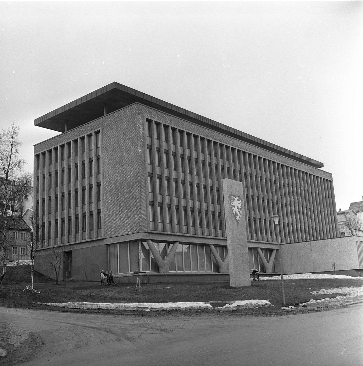 Tromsø, Troms, april 1963. Bygning og bauta.