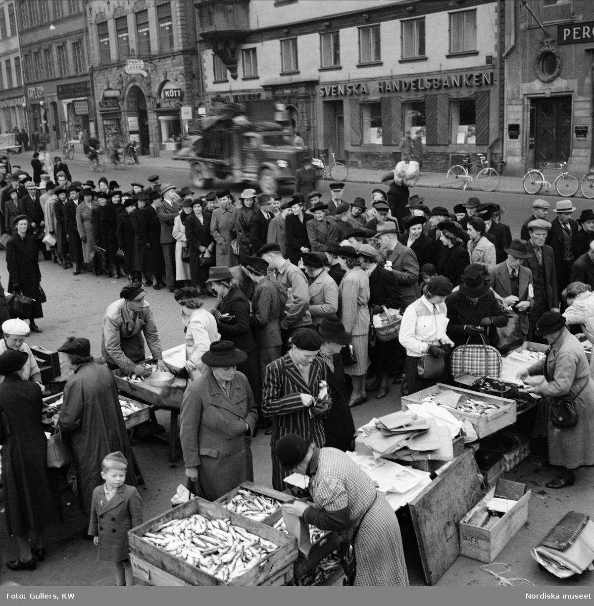 Fiskförsäljning på Kornhamnstorg, Gamla Stan, Stockholm. Här såldes billig och oransonerad fisk från skärgården under 2:a världskriget.