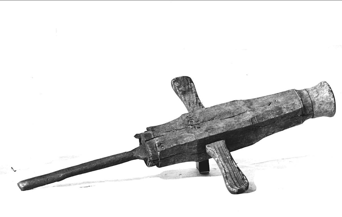 Hjärtborr av trä och järn. Brännstämpel APS och inristat 1848 D 31 AAN. Järnet stämplat AP. Roterade knopp.