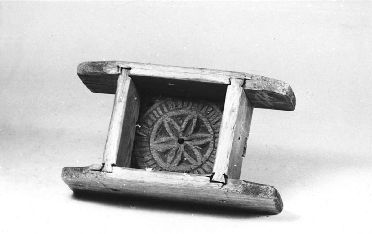 Ostform av trä. Dekorerad med karvsnitt och uddsnitt i botten.