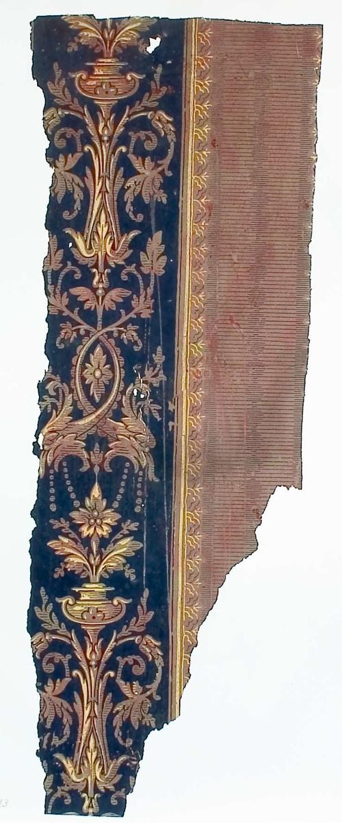 Tapetprov med tryckt mönster, brunt, gult och svart. Handskriven text på baksidan av kartongen: Nr 71 Svalan 12 norra gårdshuset b.v. större köket 4.