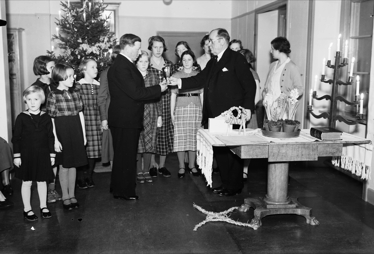 Prisutdelning i samband med sannolikt julfirande i Uppsala, 1937