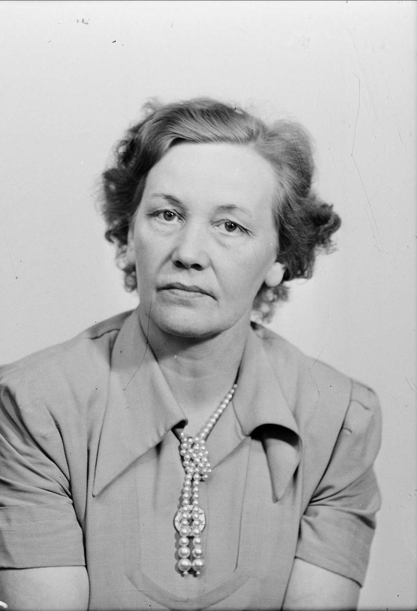 """Ateljéporträtt - """"fru Wessberg"""", sannolikt Uppsala, 1950"""