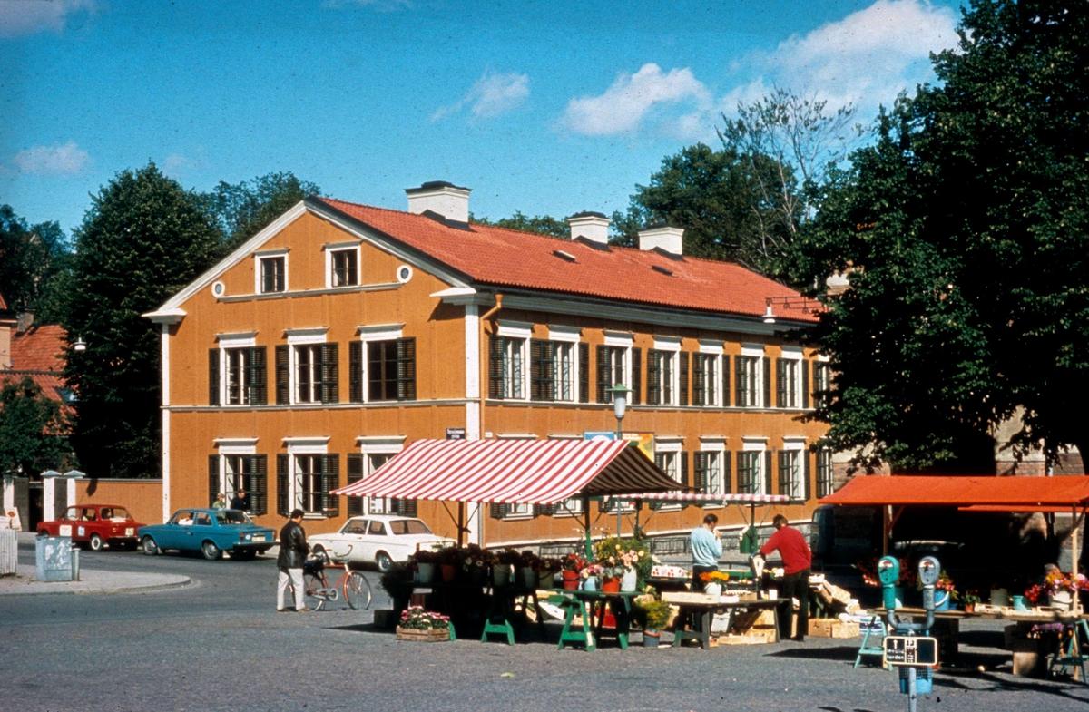 Torghandel på S:t Eriks torg, Uppsala 1973. I bakgrunden Walmstedtska gården
