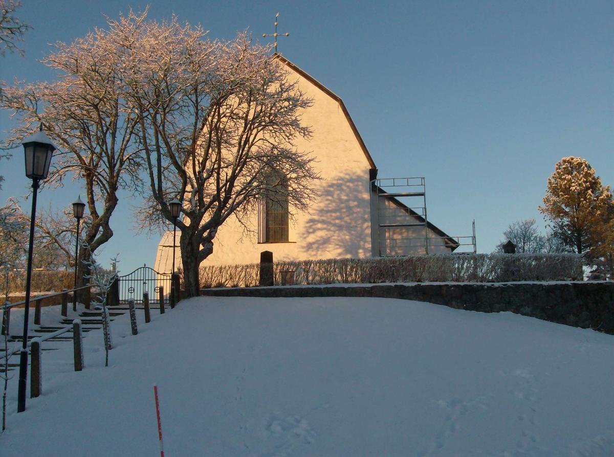 Tolfta kyrka från öster, Uppland 2010