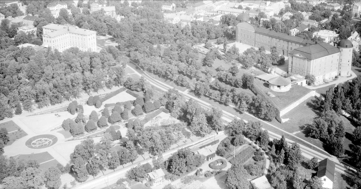Flygfoto över Carolina Rediviva, Botaniska trädgården och Uppsala slott, Uppsala 1958