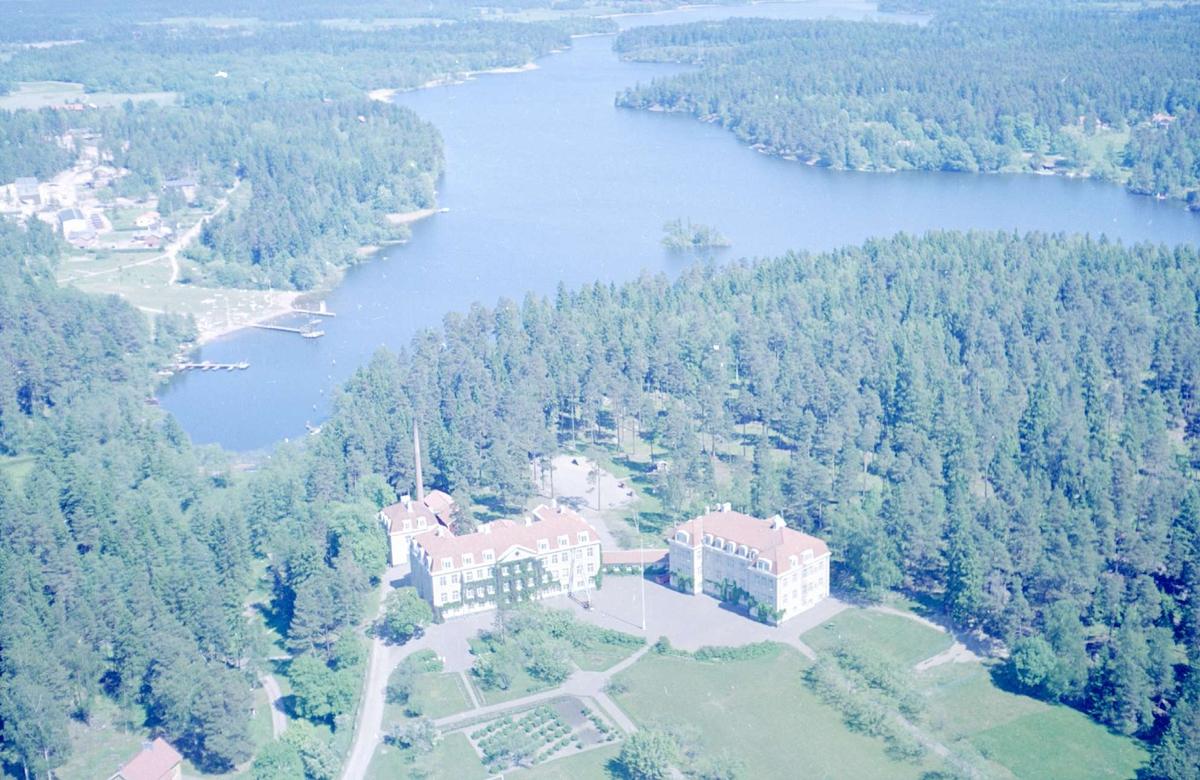 Flygfoto över Valloxens sjukhem och Valloxen, Knivsta, Uppland 1966