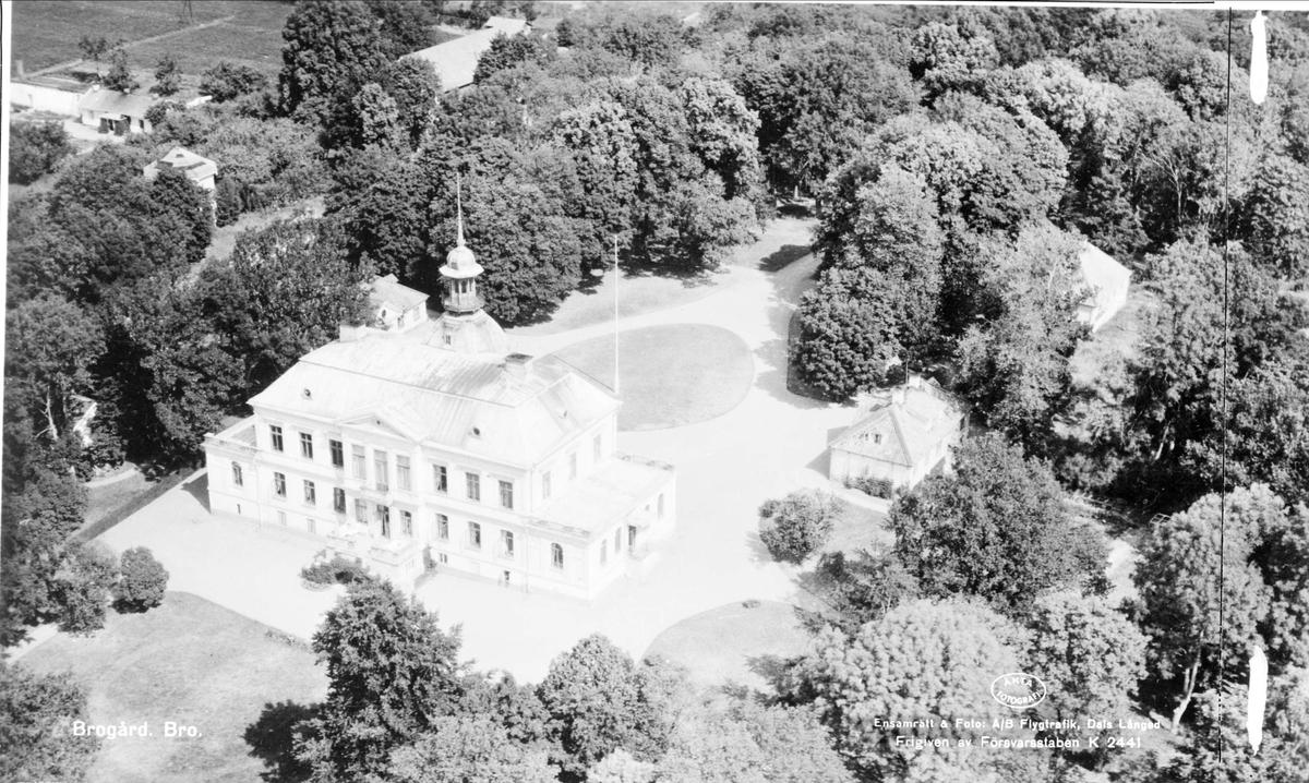 Flygfoto över huvudbyggnaden på Brogård, Bro socken, Uppland år 1947