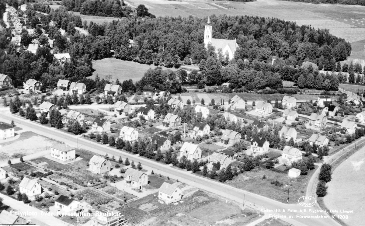 Flygfoto ver Skutskr, kyrkan och kringliggande bebyggelse