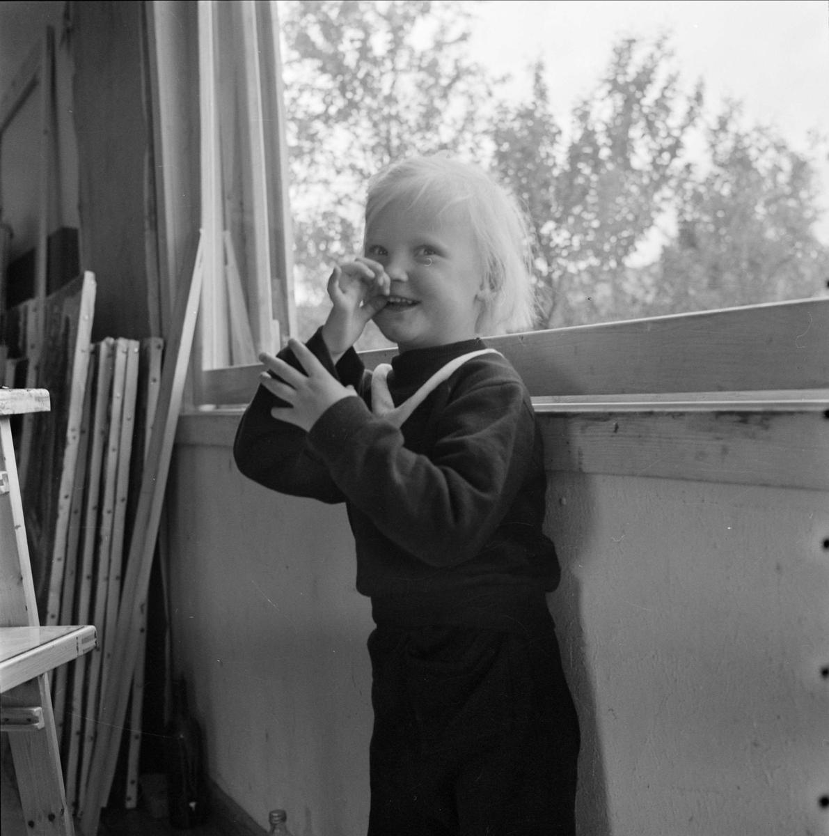 Flicka i konstnären Ragnar Johanssons ateljé, Härjedalen
