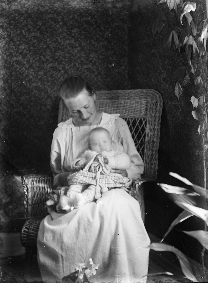 Kvinna med spädbarn, Uppland