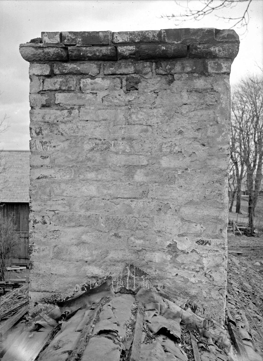 Helgdagsstugans skorsten - nu på friluftsmuseet Disagården - under nedmontering i Gränby, Björklinge socken, Uppland