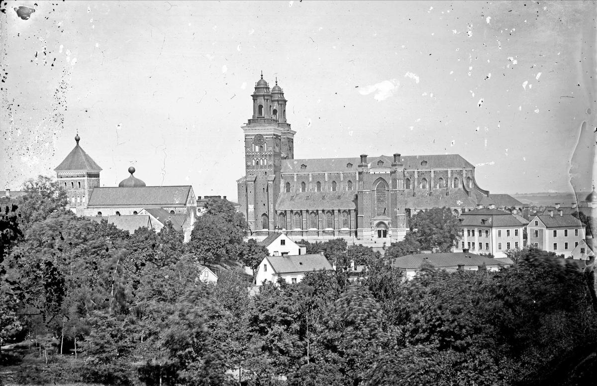 Reprofotografi - Helga Trefaldighets kyrka och Uppsala domkyrka med de Hårlemanska huvarna, från Slottsbacken, Uppsala
