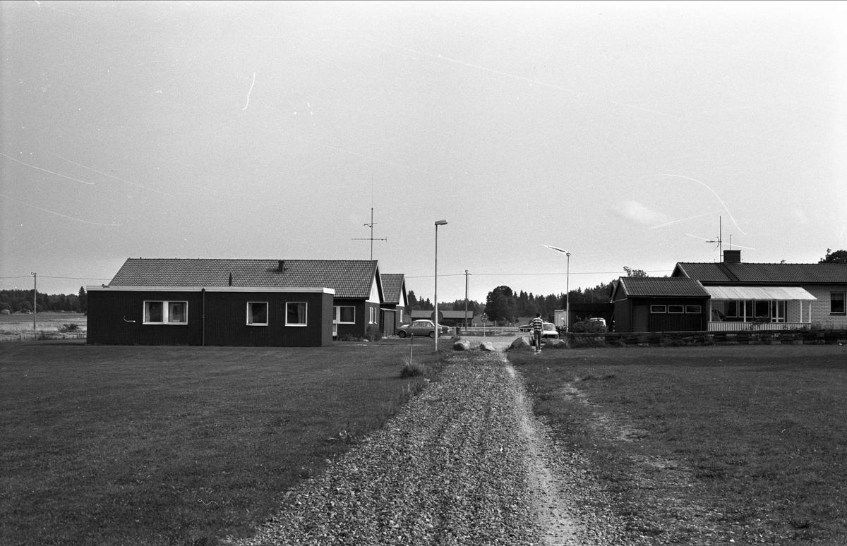 Vy över Lill-Gåvsta, Gåvsta, Rasbo socken, Uppland 1982